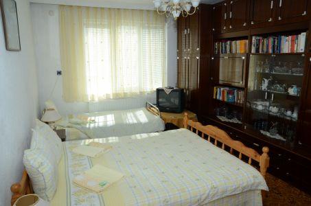 спалня с библиотека
